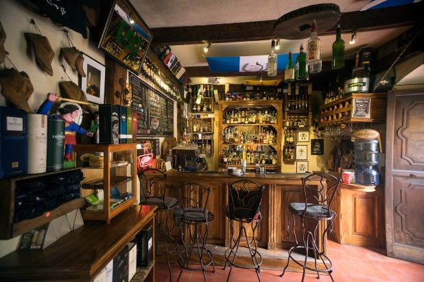 Café in Antigua towards the counter